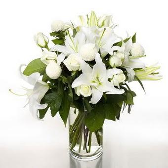 Adana çiçek yolla çiçek gönderme sitemiz güvenlidir  1 dal cazablanca 7 adet beyaz gül vazosu