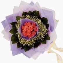 12 adet gül ve elyaflardan   Adana çiçek gönder çiçekçi mağazası