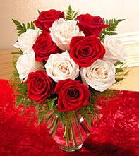 Adana çiçek siparişi uluslararası çiçek gönderme  5 adet kirmizi 5 adet beyaz gül cam vazoda
