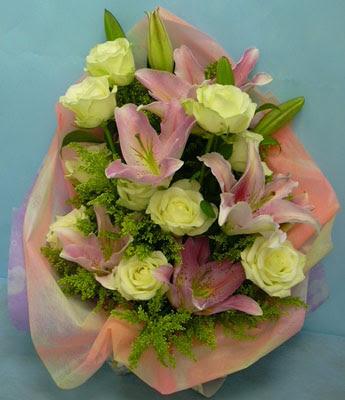 11 adet gül ve 2 adet kazablanka buketi  Adana çiçek gönder internetten çiçek satışı