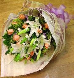 Adana çiçek gönder internetten çiçek satışı  11 ADET GÜL VE 1 ADET KAZABLANKA