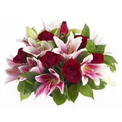 güller ve kazablnaklardan aranjman  Adana çiçek siparişi anneler günü çiçek yolla