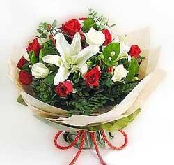 güller ve kazablanklardan görsel bir buket  Adana çiçek gönder internetten çiçek satışı