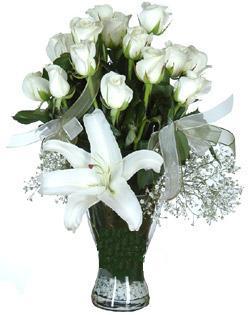cam içerisinde 11 beyaz gül ve 1 kazablanka  Adana çiçek gönder çiçek siparişi sitesi