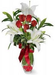 Adana çiçek siparişi çiçek siparişi vermek  5 adet kirmizi gül ve 3 kandil kazablanka