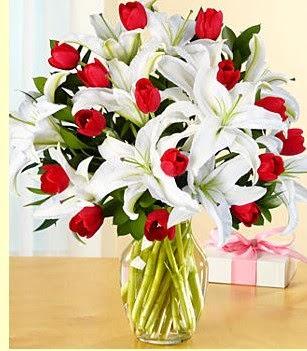Adana çiçek gönder çiçek siparişi sitesi  3 kazablanka 10 kırmızı gül vazosu