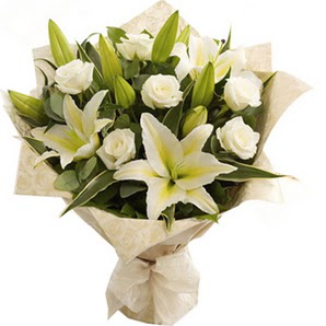 Adana çiçek siparişi anneler günü çiçek yolla  3 dal kazablanka ve 7 adet beyaz gül buketi