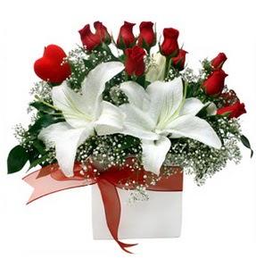 Adana çiçek gönder çiçekçi mağazası  1 dal kazablanka 11 adet kırmızı gül vazosu