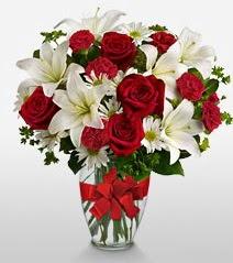 Eşsiz vazo tanzimi güller kazablankalar  Adana çiçek siparişi online çiçek gönderme sipariş