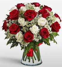 Vazoda 12 kırmızı 12 beyaz gül tanzimi  Adana çiçek siparişi uluslararası çiçek gönderme