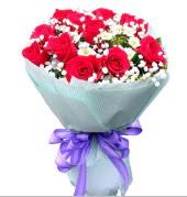 12 adet kırmızı gül ve beyaz kır çiçekleri  Adana çiçek gönder çiçekçi mağazası