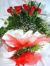 Adana çiçek yolla çiçek satışı  11 adet kirmizi gül beyaz krepte