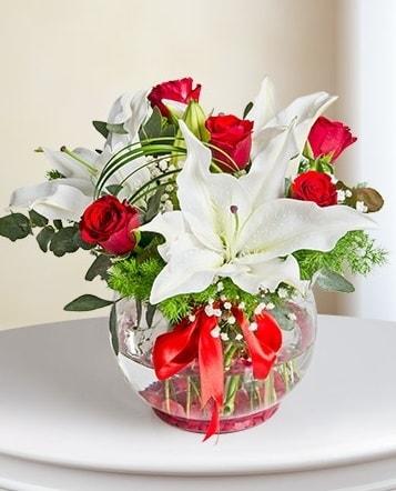 Fanus Vazoda 2 Lilyum ve 5 Gül Dansı  Adana çiçek yolla çiçek gönderme