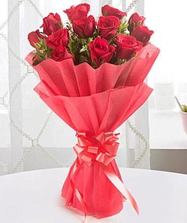 12 adet kırmızı gülden modern buket  Adana çiçek yolla çiçek yolla