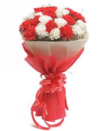21 adet kırmızı beyaz karanfil buketi  Adana çiçek yolla çiçek satışı