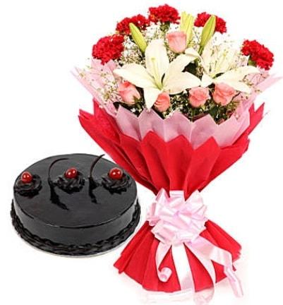 Karışık mevsim buketi ve 4 kişilik yaş pasta  Adana çiçek gönder çiçekçi mağazası